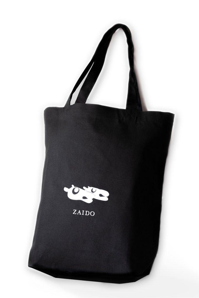 作家によるシルクスクリーンが施されたオリジナルトートバッグ付き